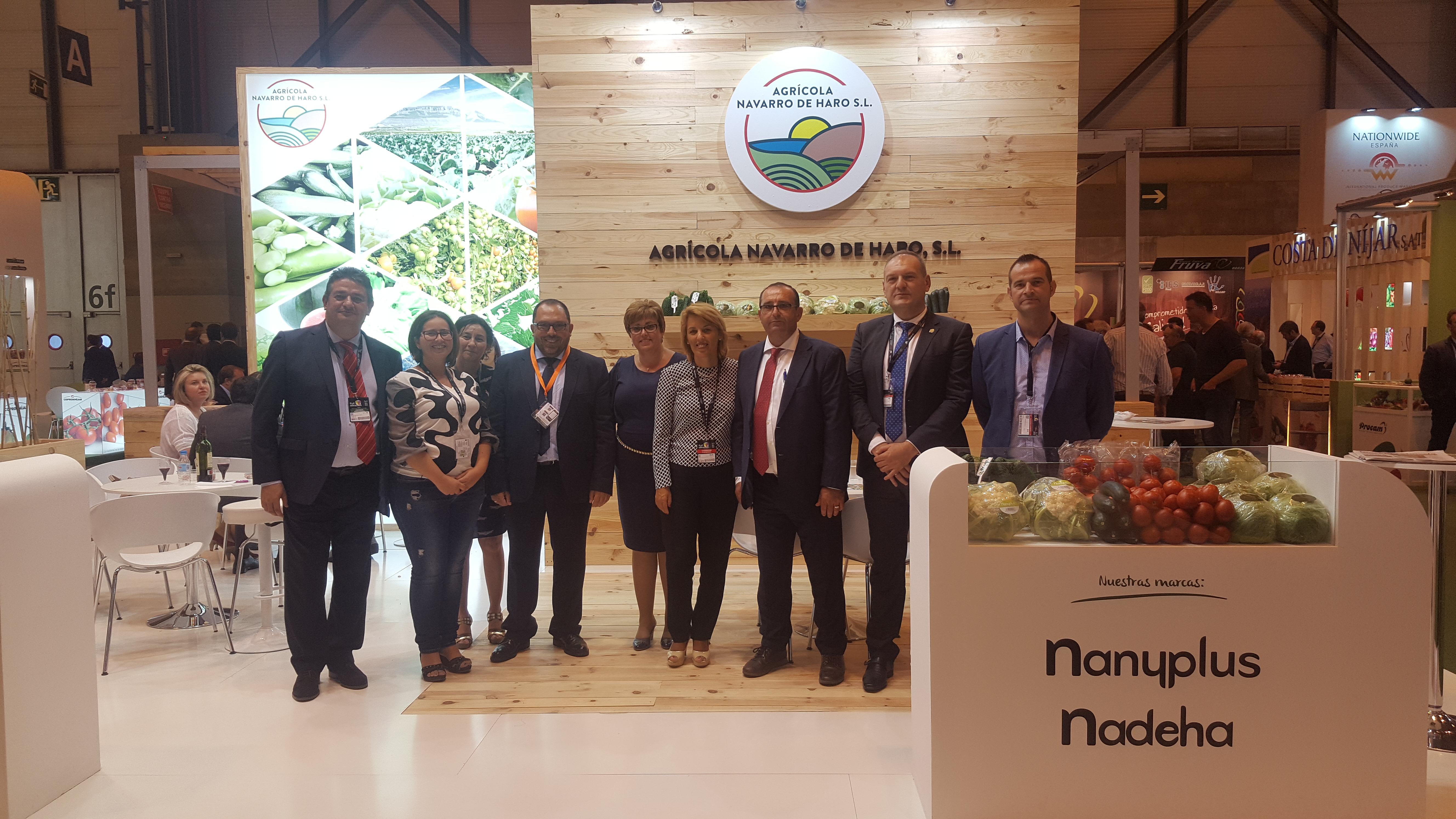 Miembros de la corporación Municipal de Cuevas del Almanzora y de la Diputación de Almería en el stand de Agrícola Navarro de Haro